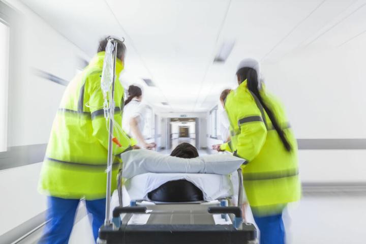 Trotz Reanimationsversuchen verstarb der Taxifahrer im Krankenhaus. (Symbolbild)