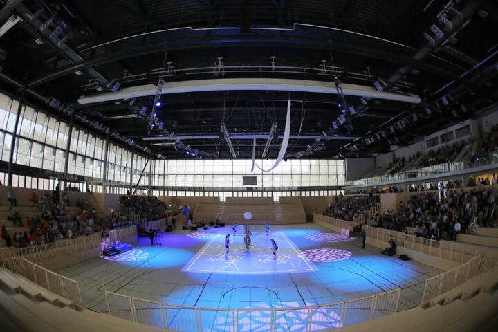 Als Vorbild könnte die Großsporthalle in Wiesbaden dienen. Diese öffnete 2014 und kostete mehr als 51 Millionen Euro. Die Bauzeit betrug rund 20 Monate.