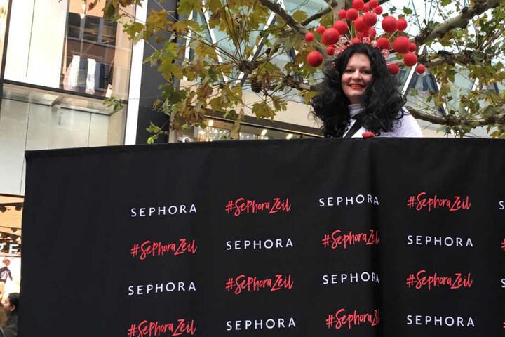 Eine Stelzen-Läuferin machte Werbung für den Hashtag #SephoraZeil.