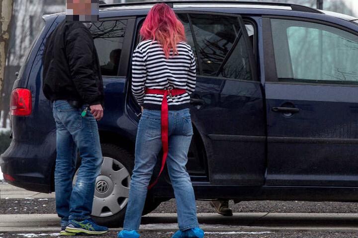 Eine der beiden Frauen wird nach dem Haftrichtertermin am Amtsgericht Erfurt abgeführt.
