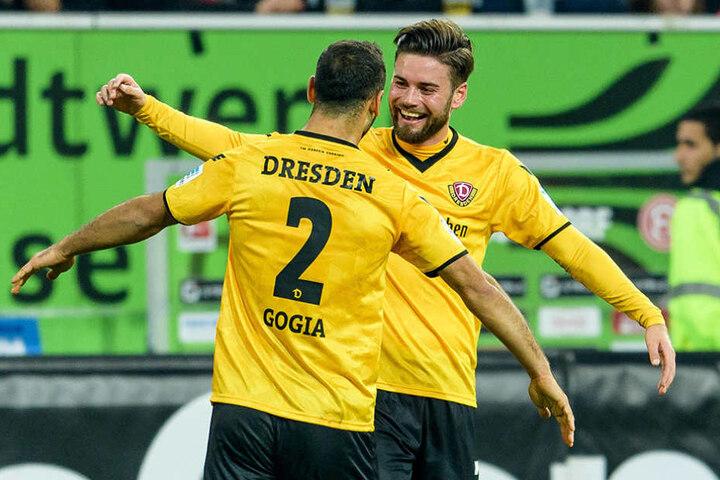 Der zweifache Torschütze Akaki Gogia freut sich mit Mannschaftskollege Niklas Kreuzer.