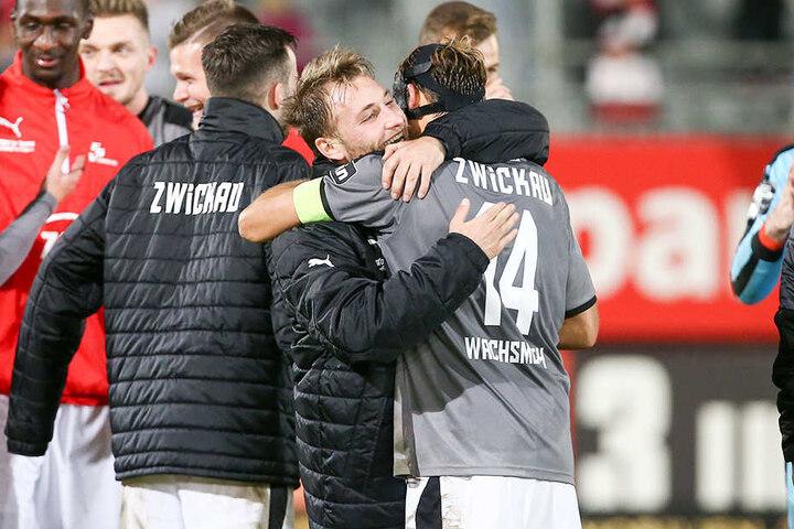 Mike Könnecke umarmt seinen Kapitän Toni Wachsmuth.