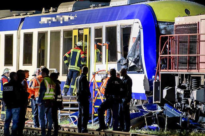 Das Foto zeigt den Personenzug und rechts die Lok des Güterzuges.