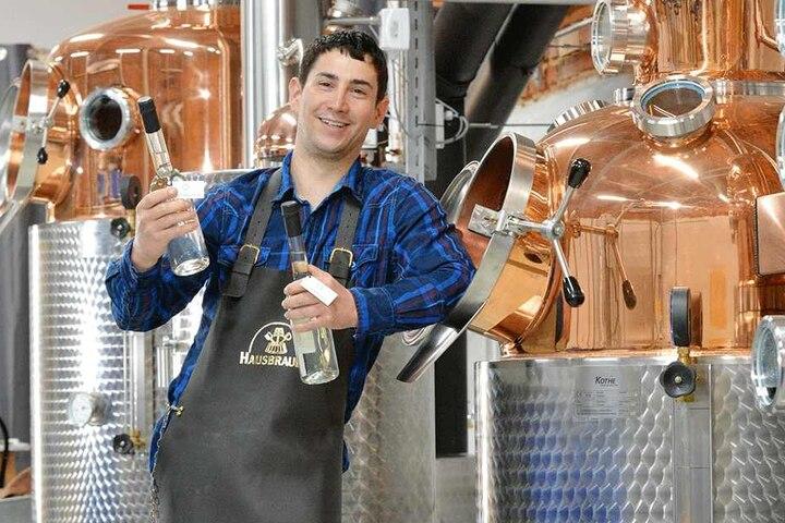 """""""Feuerwasser"""" aus Sachsen: Martin Wagner (35) vor seiner neuen Whisky-Brennanlage. Noch sind die Kessel vom Zoll verplombt, aber schon bald geht's los."""