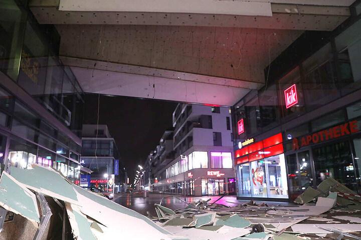 Am Hauptbahnhof wurden Teile einer Zwischendecke / Wandverkleidung durch die Luft gewirbelt.
