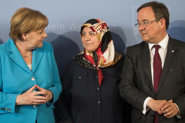 Mevlüde Genc, Mutter, Großmutter und Tante der Opfer, steht zwischen Armin Laschet (CDU), Ministerpräsident von Nordrhein-Westfalen, und Bundeskanzlerin Angela Merkel (CDU)
