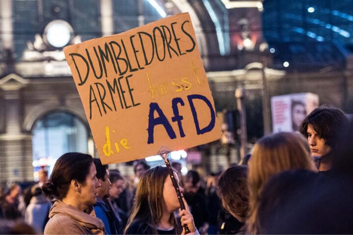 Die Protestierenden hatten sich vor dem Frankfurter Hauptbahnhof versammelt.