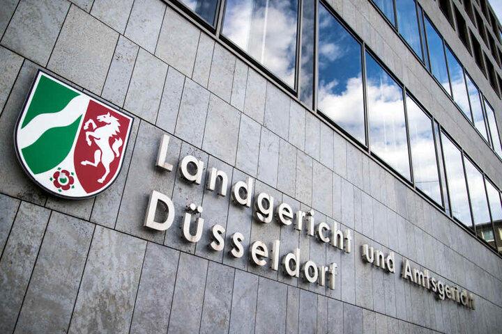 """Der Schriftzug """"Landgericht und Amtsgericht Düsseldorf"""" hängt an der Fassade des Landgerichts an der Werdener Straße."""