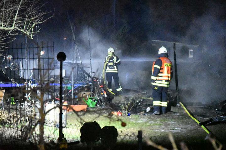 Einsatzkräfte der Feuerwehr im Einsatz.