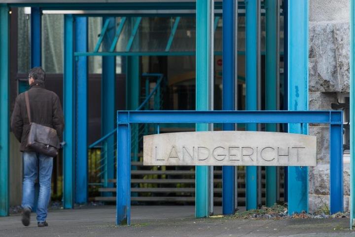 Vor dem Landgericht in Bielefeld muss sich der Angreifer nun verantworten.