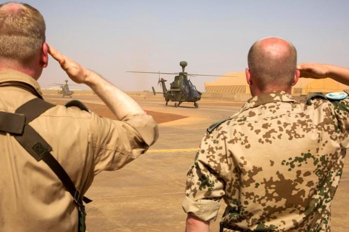 Zwei Bundeswehrsoldaten salutieren in Gao, Mali, im Rahmen der Mission Minusma.