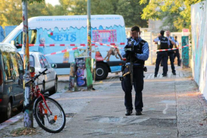 Schwerbewaffnete Polizisten am Tatort in der Neuköllner Oderstraße.