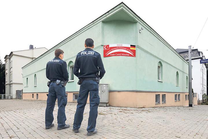 Polizisten stehen vor der Fatih-Camii-Moschee in Dresden. Am 27. September war hier ein Sprengsatz detoniert.