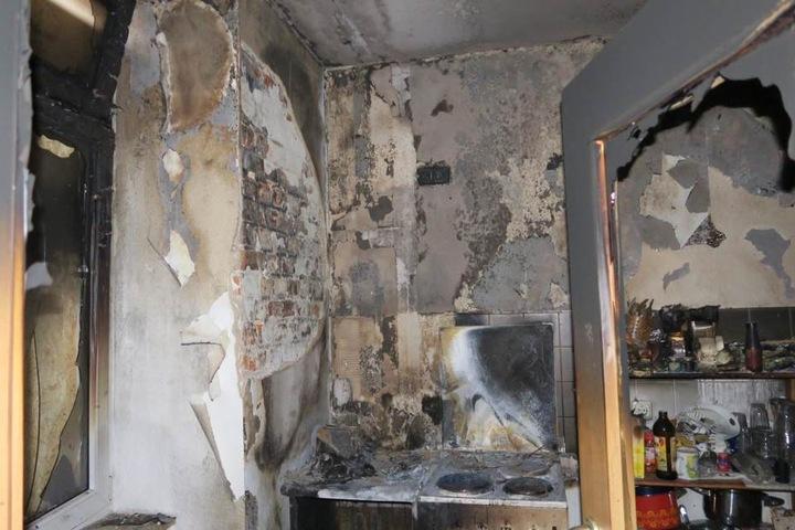 Grauenhafter Blick in die Küche. Brandursache war offenbar eine Verteilersteckdose, die sich auf dem Schrank links neben dem Herd befand.
