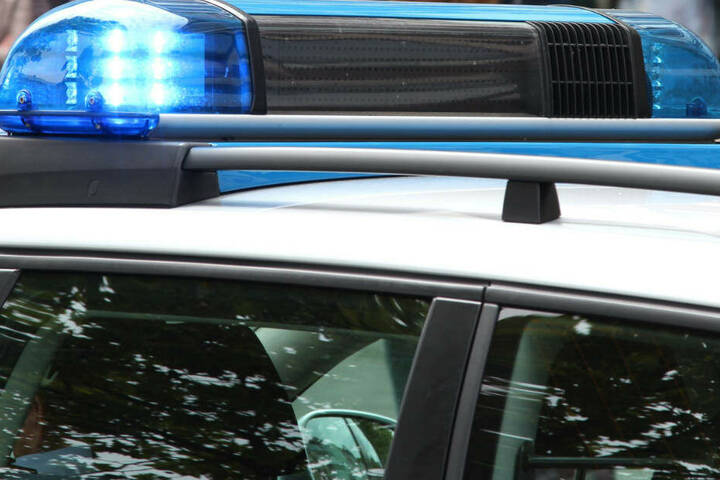 Sowohl die Polizisten als auch der betrunkene Fahrer erlitten durch die eingeschlagene Scheibe Schnitt-Verletzungen (Symbolbild).