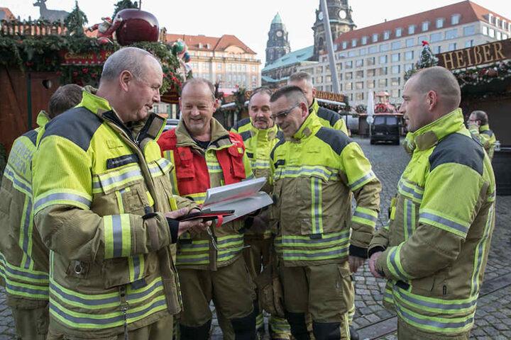 Wachabteilungsleiter Steffen Kühnemann (55) überprüfte mit seinen Kameraden  der Wache Albertstadt Anfahrtswege und die Löschwasser-Zapfstellen.