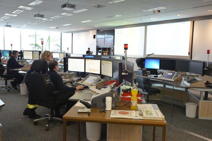 Die Mitarbeiter in der Zentrale müssen bei Notrufen innerhalb weniger Minuten entscheiden, was zu tun ist.