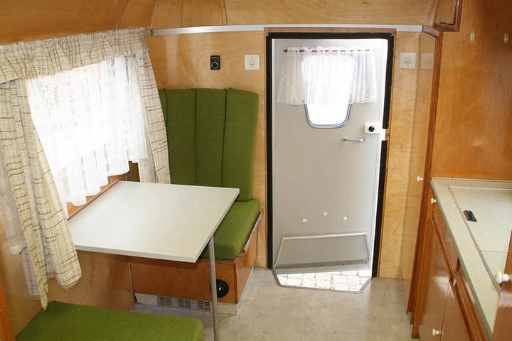 Neben der Eingangstür des Wohnwagens befanden sich Esstisch und Küche.