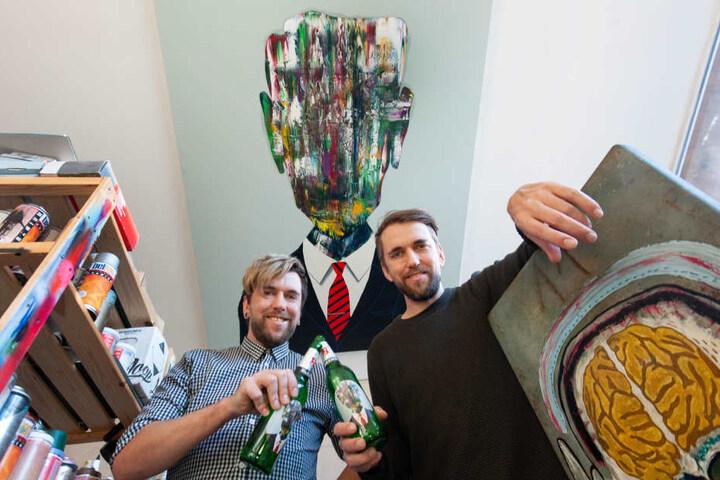 """Marcel und Robby Oertel (beide 38) haben es mit ihrem Kunstwerk: """"Hedge-Fonds-Manager"""" aufs Flaschen-Etikett von Beck's geschafft."""