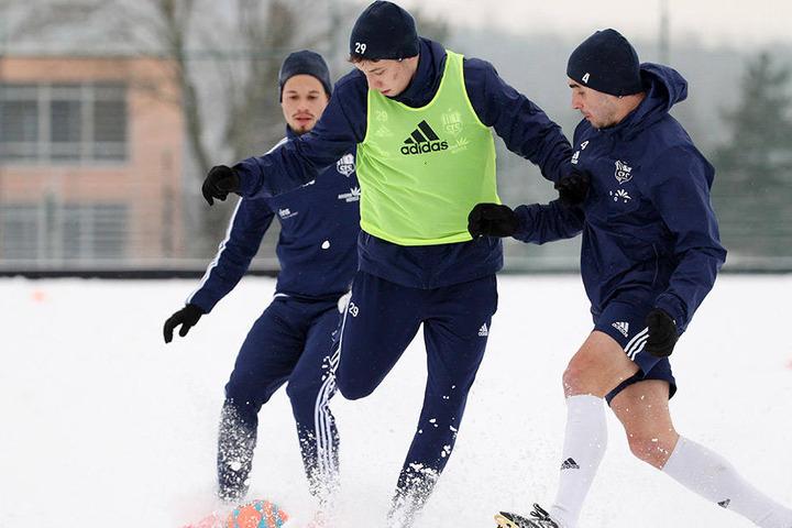 Die CFC-Spieler Cincotta, Baumgart und Conrad beim verbissenen Zweikampf im Schnee.