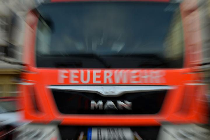Die Feuerwehrmänner fanden die Frau tot in ihrer Wohnung. (Symbolbild)