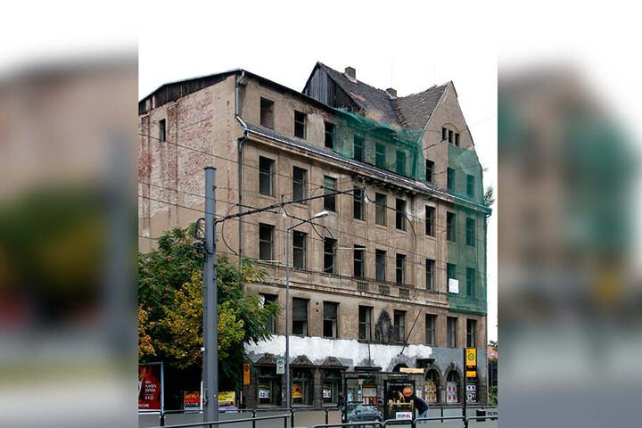 Vor der Sanierung: Der linke Gebäudeteil hatte seit 1945 nur ein flaches Notdach. Seit 1986 stand das Gebäude ganz leer.