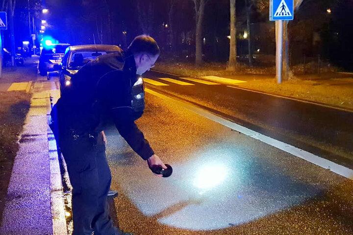 Ein Polizist untersucht die Unfallstelle.