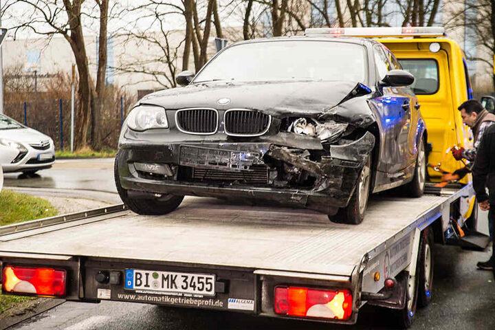 Der BMW wurde auf der Fahrerseite schwer getroffen.