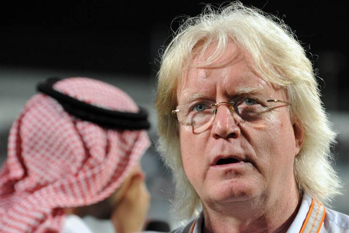 Schäfer steht vor Spielbeginn am Spielfeldrand in Dubai.