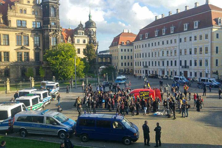 Linke Demonstrationsteilnehmer warten nahe dem Taschenbergpalais.