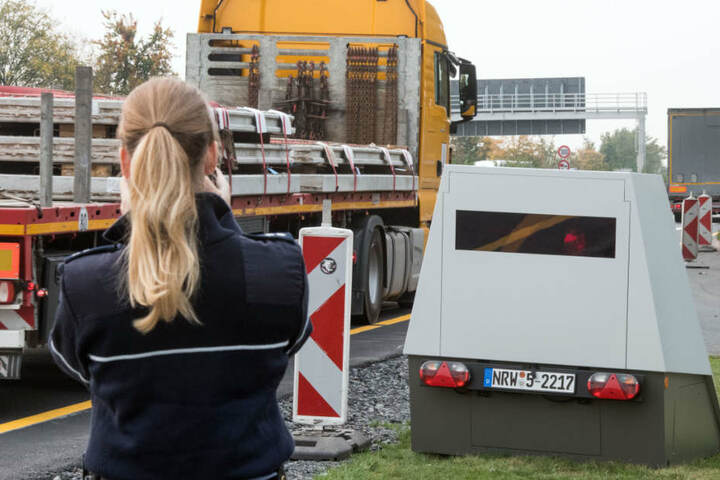Zum Einsatz soll künftig auch der sogenannte Enforcement Trailer kommen: Der Blitzer-Anhänger kann tagelang selbstständig das Tempo kontrollieren. Im Bild: Ein Anhänger dieses Typs in Nordrhein-Westfalen.