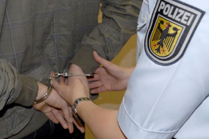 Die Bundespolizei nahm den alkoholisierten Mann fest. (Symbolbild)