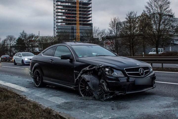 Der Fahrer (67) dieses Mercedes krachte in den Peugeot.