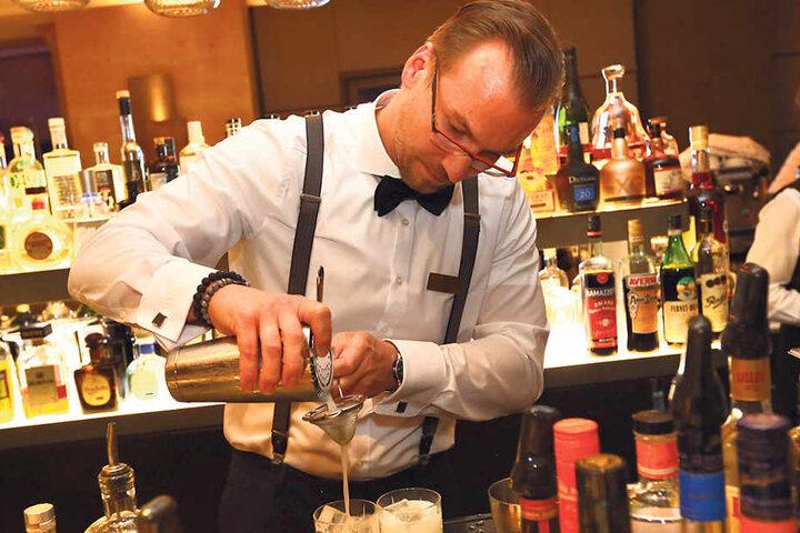 """In der """"meatery""""- Bar mixt Markus Leike einen Longdrink mit """"Juniper Jack""""-Gin."""