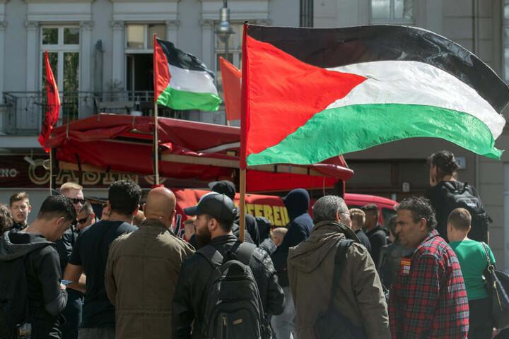 """Am 01. Mai 2018 stehenDemonstranten mit palästinensischen Fahnen auf dem Karl-Marx-Platz in Neukölln. Dort trafen sich nach Angaben der Polizei mehr als 100 Menschen zu einer linksradikalen und pro-palästinensischen Demonstration, zu der die Gruppierung """""""