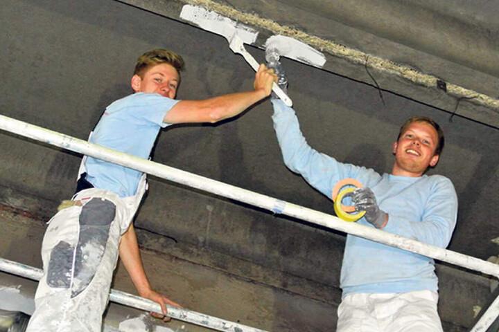 Drinnen wird schon gemalert: Jonas (18) und Markus Müller (26) bringen Farbe  an die Wände.