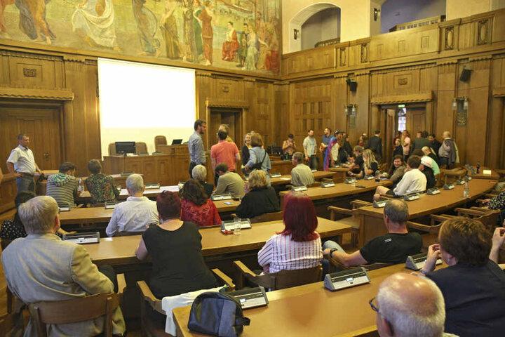 Gespannt warteten Politiker und Bürger im Ratssitzungssaal auf die ersten Ergebnisse.