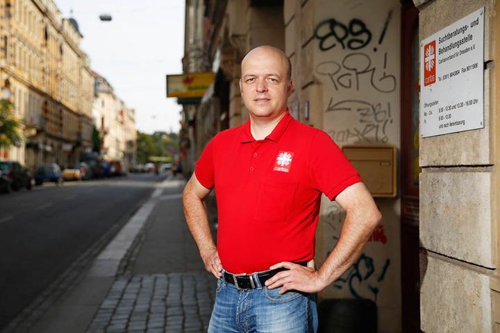Caritas-Mann Sebastian  Kieslich (41) vor der Dresdner Suchtberatungsstelle an der Görlitzer Straße.