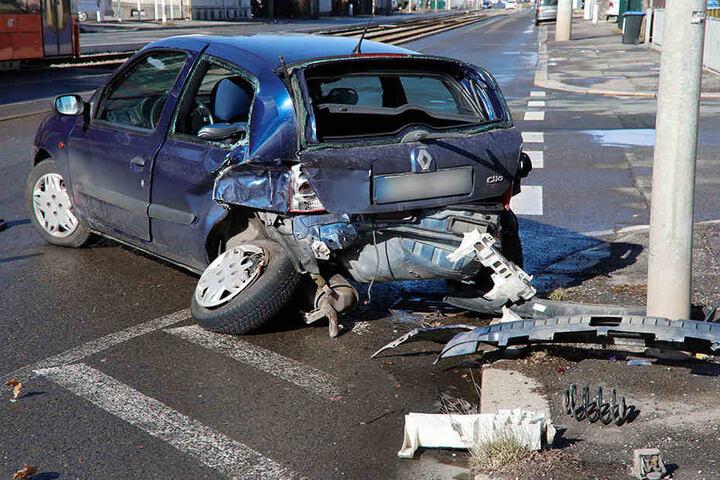 Der Renault wurde bei dem Zusammenstoß stark beschädigt.