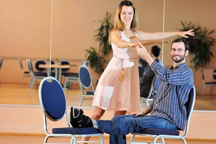 Trockenübung: Felix Bender (30) muss zugucken, während Tanzpartnerin Michal Kristin Ronneburger (25) schon mal die Tanzschritte zeigt.