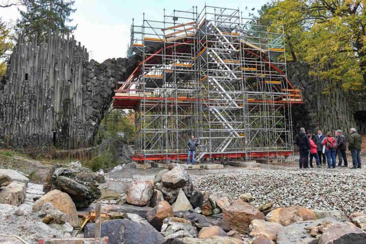 Die Rakotzbrücke steht jetzt auf dem Trockenen und hat während der Sanierung einen stützenden Unterbau aus Gerüsten.