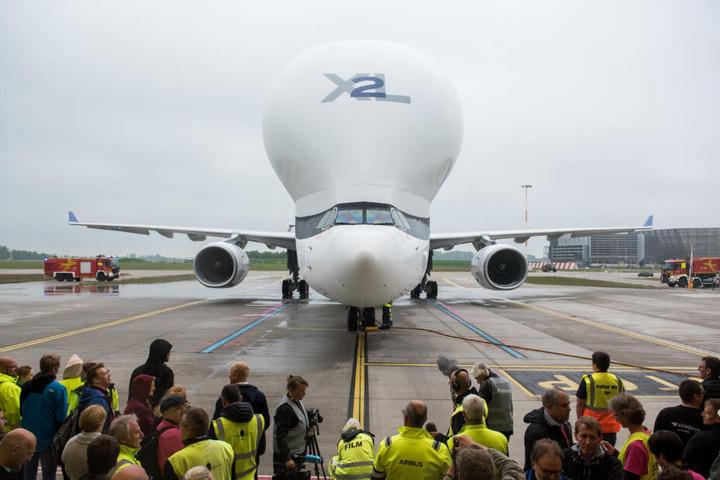 """Die Landung des """"BelugaXL"""" wird in Hamburg von zahlreichen Airbus-Mitarbeitern und Journalisten beobachtet."""