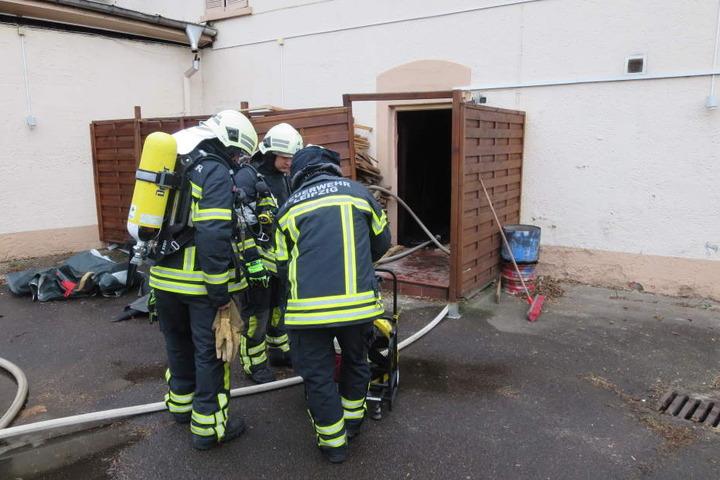 Feuerwehrleute bereiten den so genannten Innenangriff - das Vordringen zum Brandherd innerhalb des Gebäudes - vor.