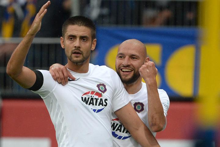 Dimitrij Nazarov (l.) nimmt nach seinem Treffer Haltung an, Philipp Riese ist  der erste Gratulant.