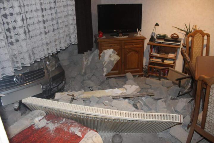 Der Wagen durchbrach die Hauswand und schleuderte die Heizung in den Raum hinein.