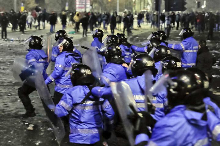 Vor dem Regierungssitz in Bukarest gab es gewaltsame Zusammenstöße zwischen den Demonstranten und der Polizei.
