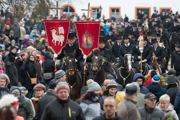 Die traditionell gekleideten sorbischen Osterreiter verkünden im Kloster Sankt Marienstern nach altem Brauch zu Pferde die Osterbotschaft.