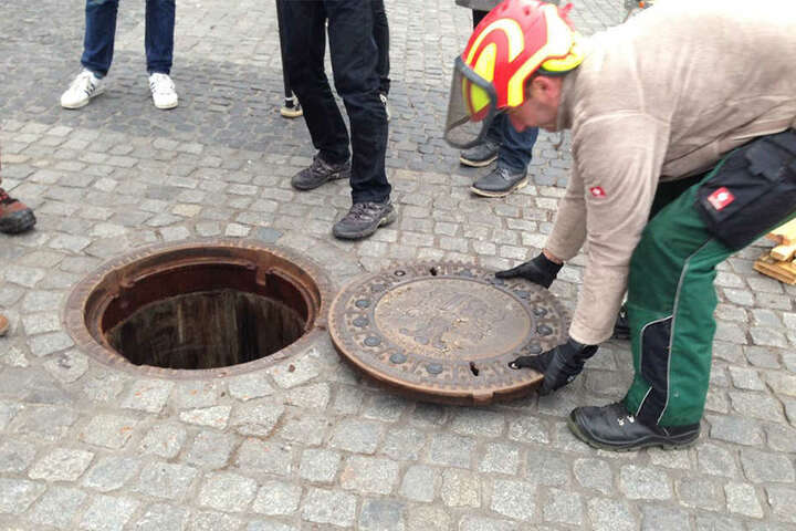 Unter dem Gullydeckel verbirgt sich ein 3,5 Meter tiefes Loch.