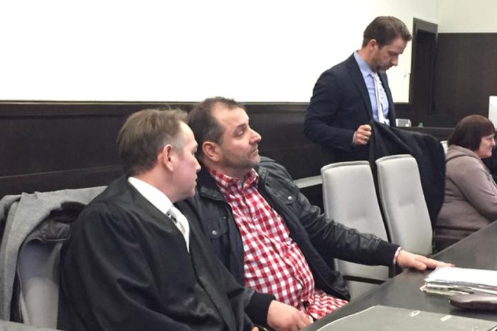 Wilfried W. (2. v. l.) und Angelika W. (rechts) sind ebenfalls im Gerichtssaal.
