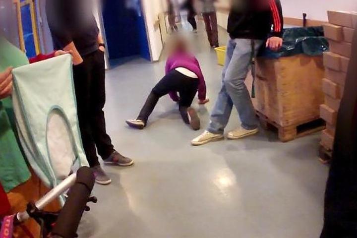 Bei den Aufnahmen war ein geistig behindertes Mädchen zu sehen, das von Betreuern schikaniert wurde.